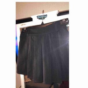 Shorts i kjol imitation. Svart med fickor! Jättecool!