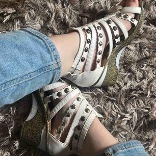 Vita sandaler med kilklack. Använda fåtal gånger. Säljs då jag inte trivs i klackar. Frakt tillkommer.