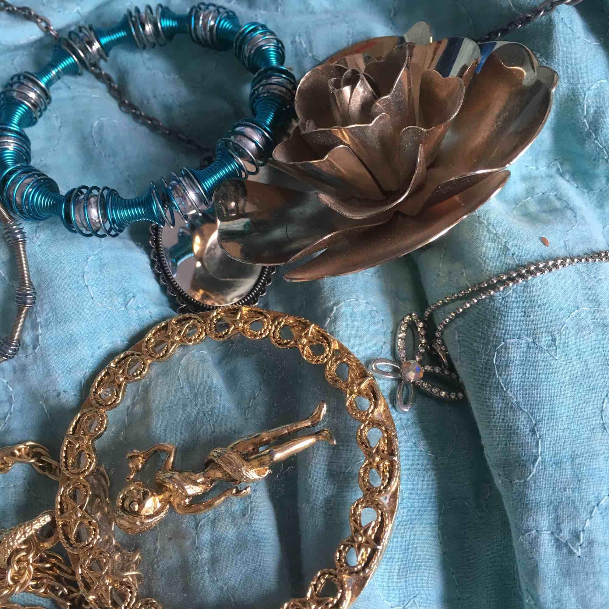 Lite roliga smycken, pris går att diskutera, kan köpas separat eller tillsammans. Accessoarer.