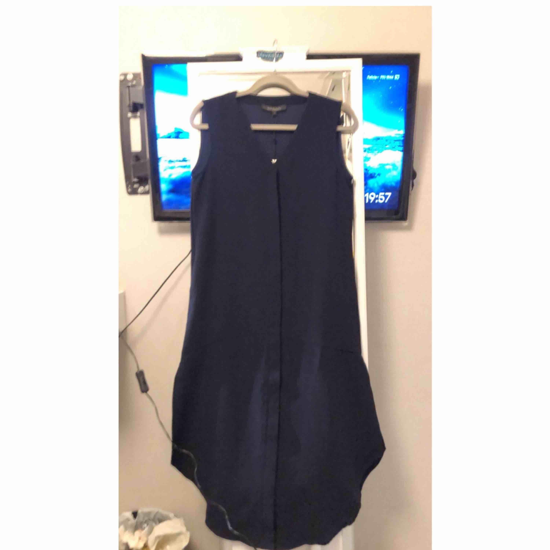 Blå klänning med ett snitt nedtill!. Klänningar.