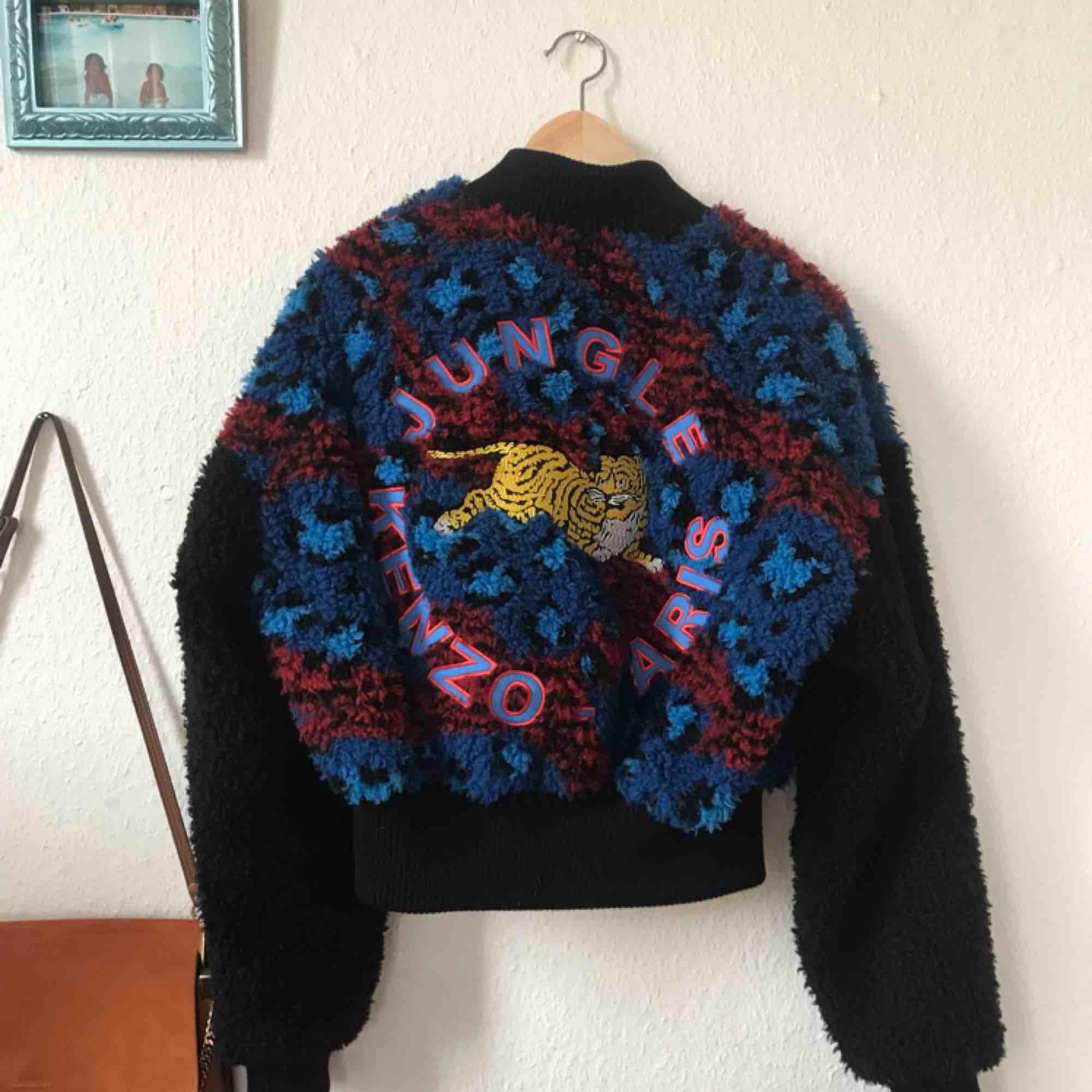 Kenzo x H&M jacka, hur snygg och gosig som helst!!! Denna fina var en present från min faster som jobbar för h&m (inget kvitto) och har aldrig blivit använd! Den är oversize och tredje bilden visar hur den sitter på mig (36a) Frakt: 100kr. Jackor.