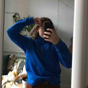 Blå tröja från Weekday, använd några gånger. Dragkedjan kan man både dra mer och ha uppe. Gosig tröja!
