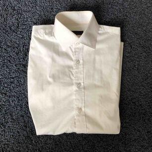 Dressman vit jätte snygg skjorta. Den är slimfit och är i jättefint skick.