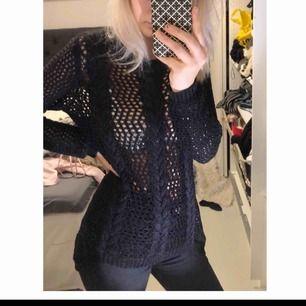 En svart stickad tröja, rätt så genomskinlig men funkar absolut mdd ett linne under ifall man inte föredrar det!🦋