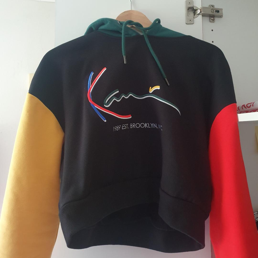 En supersnygg croppad hoodie ifrån Karl Kani! Aldrig använd, endast testad! Nypris: 630kr . Tröjor & Koftor.