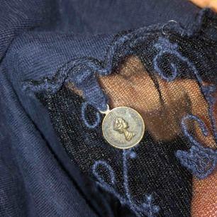 Jättefin blå tröja, med spets nedtill. 💘