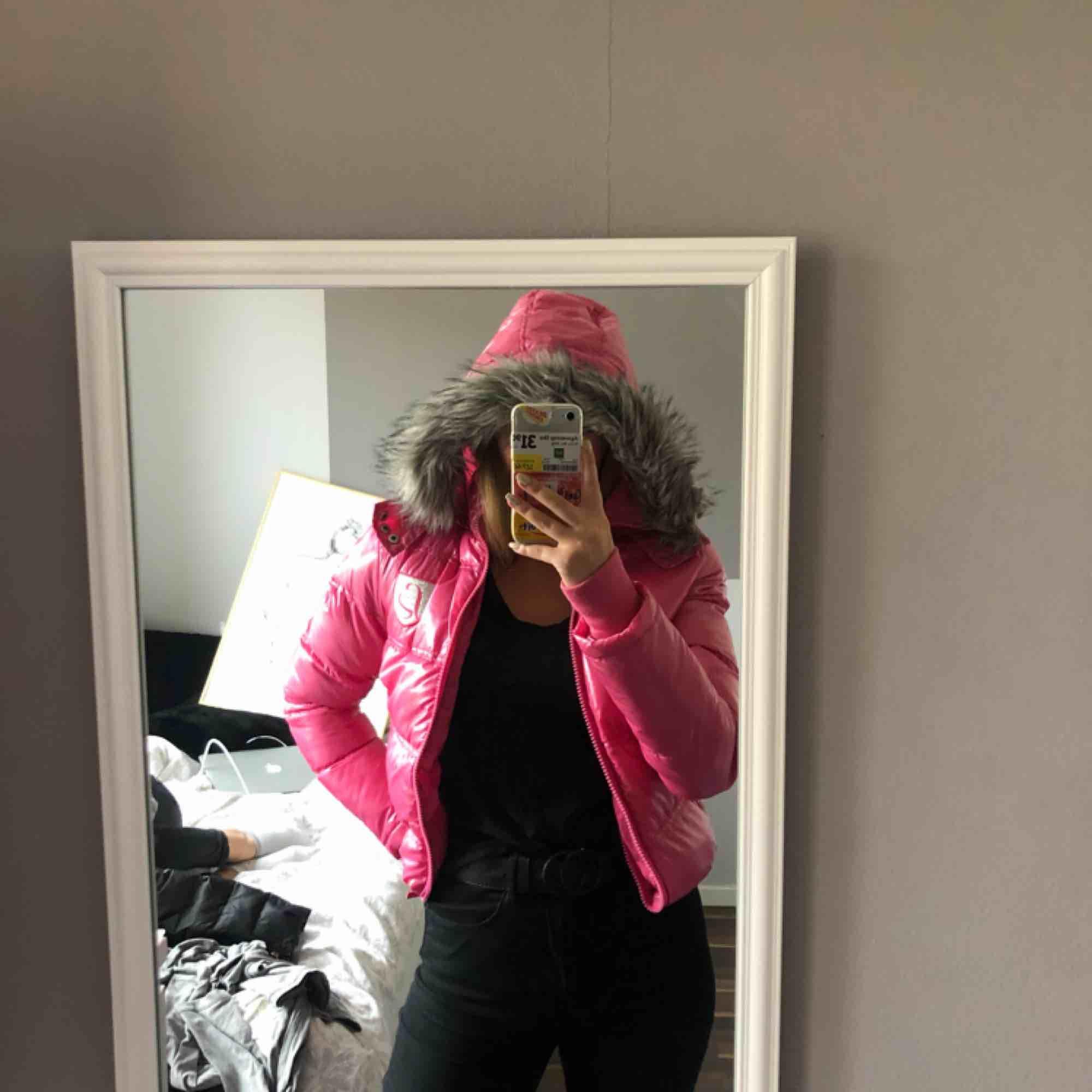 En jätte snygg rosa jacka, perfekt nu när det börjar bli kallt, avtagbar luva 💓. Jackor.