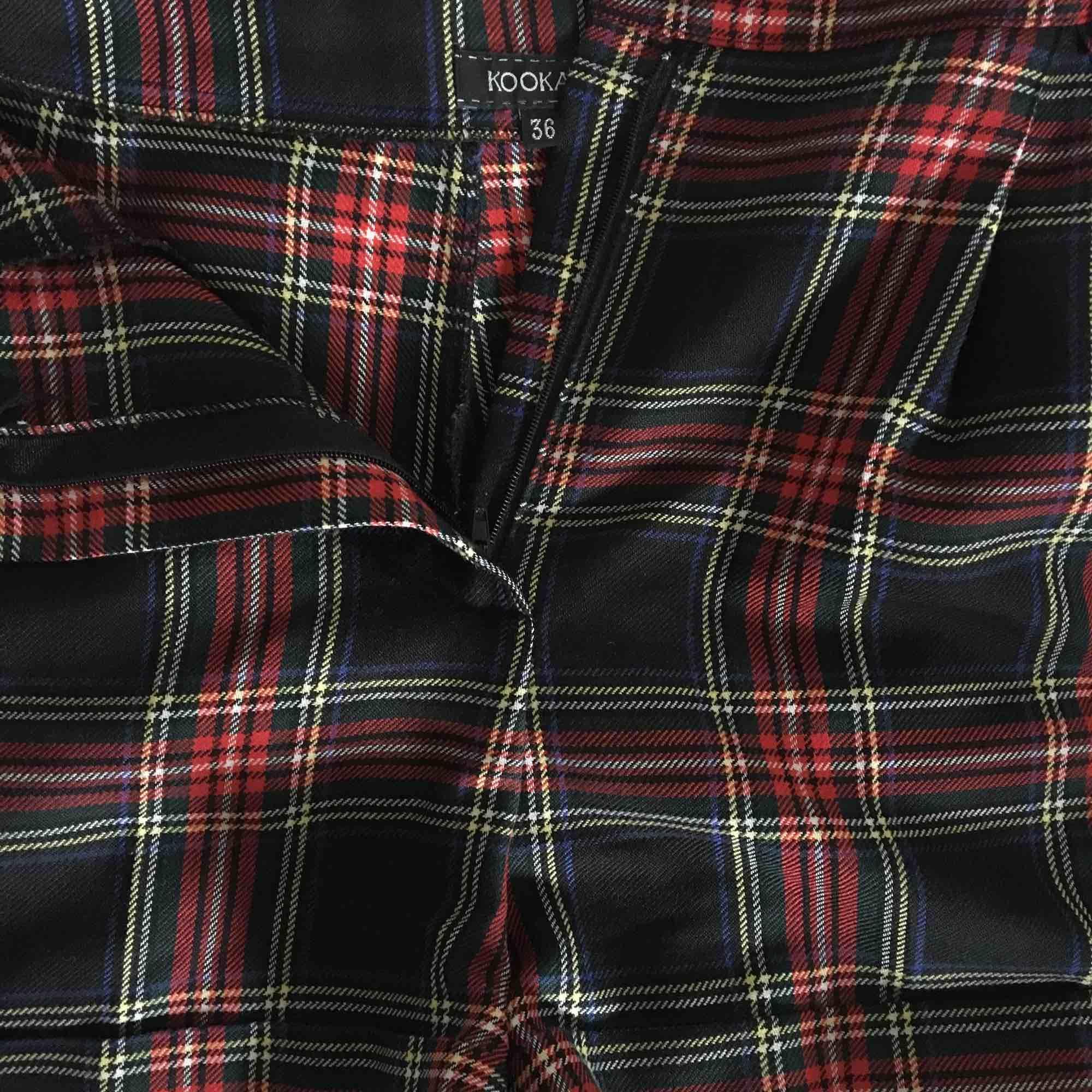 Skotskrutiga shorts!! Höga i midjan och väldigt bekväma. Köpta secondhand och välanvända men fortfarande som nya . Shorts.