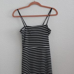 Oanvänd klänning från h&m, stl 38. Lite mindre i storleken. Kan ta ner banden och ha som en tubtopp-klänning. Ca 60cm lång (kort). Frakt 36 kr eller upphämtning i Malmö. (finns en likadan i svart)