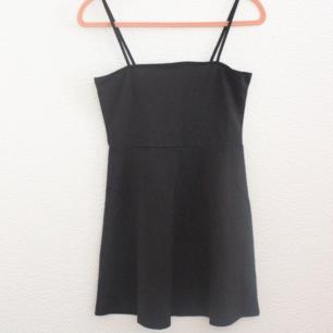 Oanvänd klänning från h&m, stl 38. Lite mindre i storleken. Kan ta ner banden och ha som en tubtopp-klänning. Ca 60cm lång (kort). Frakt 36 kr eller upphämtning i Malmö. (finns en likadan fast randig, se mina annonser)