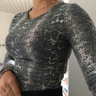 Fett snygg orm mönstrad tröja<33 storlek s