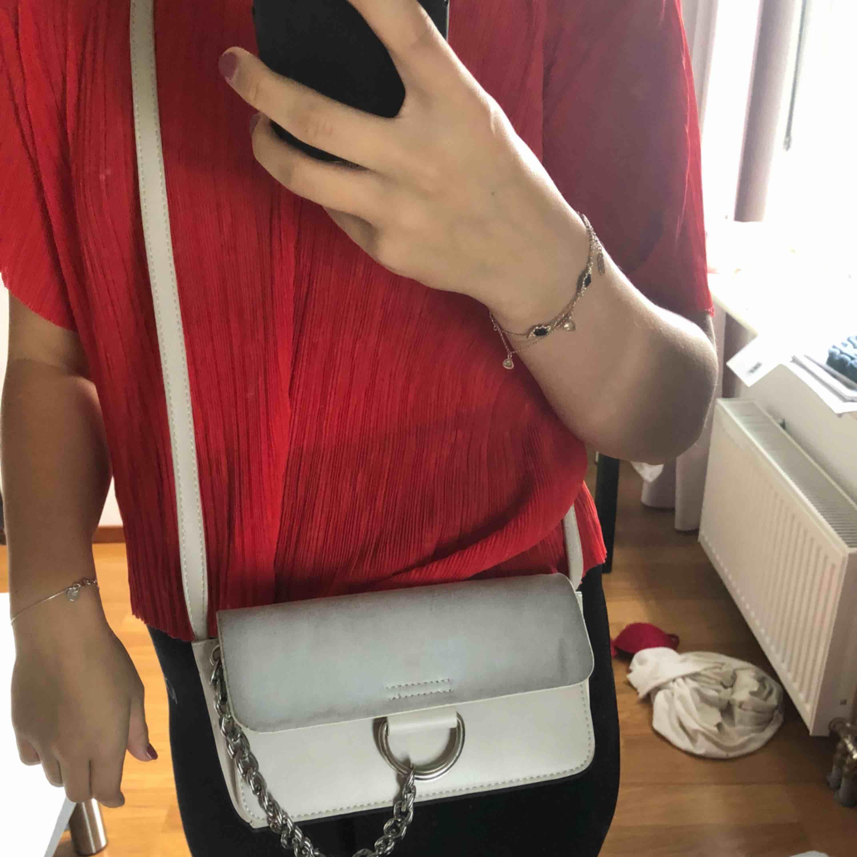 Liten handväska från nelly med flera fack och justerbart band. Väldigt fint skick! Skickas mot fraktkostnad och betalas via swish. . Väskor.
