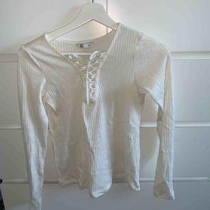 Vit ribbad tröja som inte kommer till användning