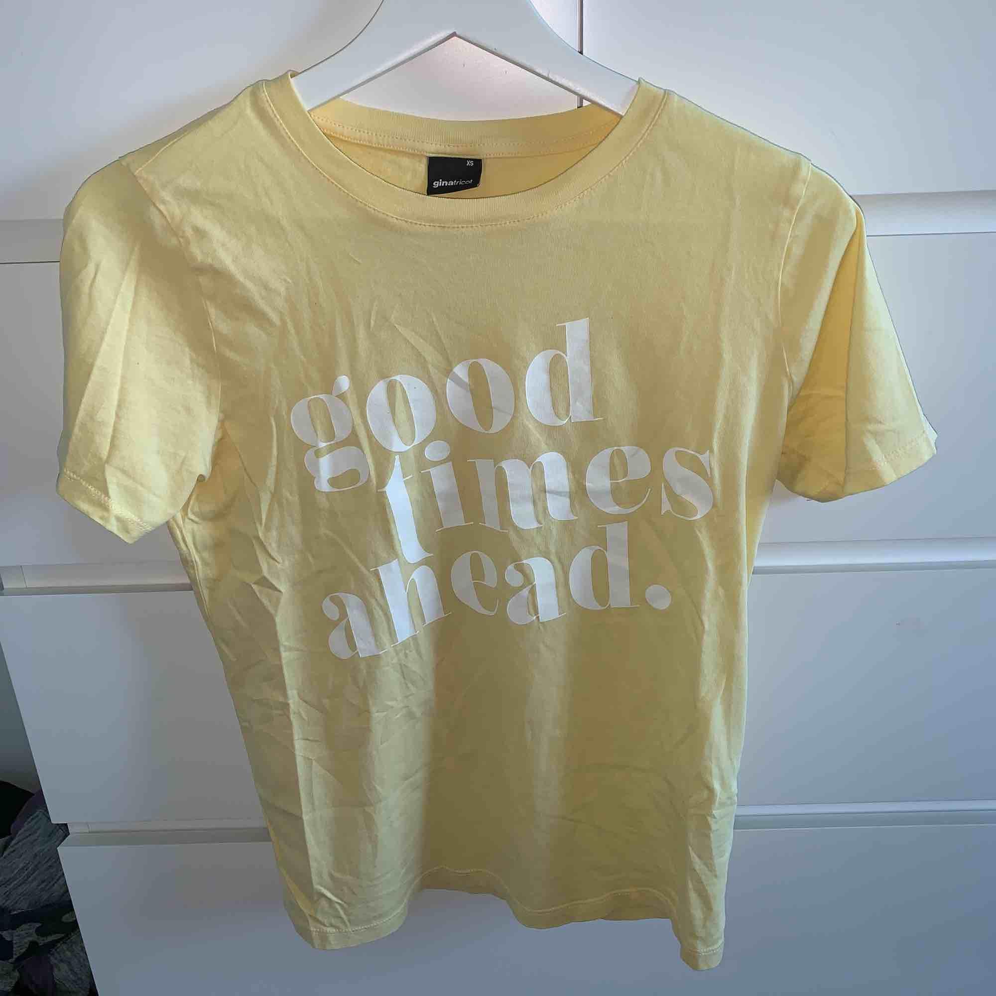 Gul t-shirt från Gina som varit använd ett fåtal gånger. T-shirts.