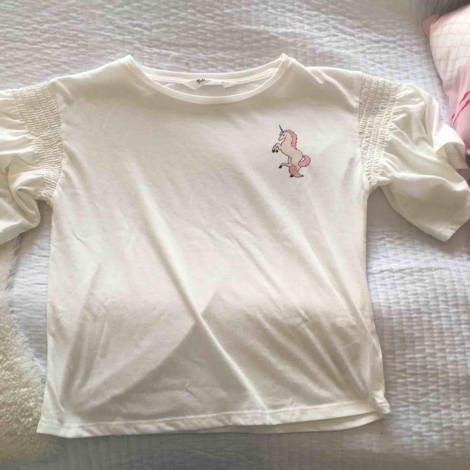 lite genomskinlig men jätte fint, vulagner på ärmarna . T-shirts.