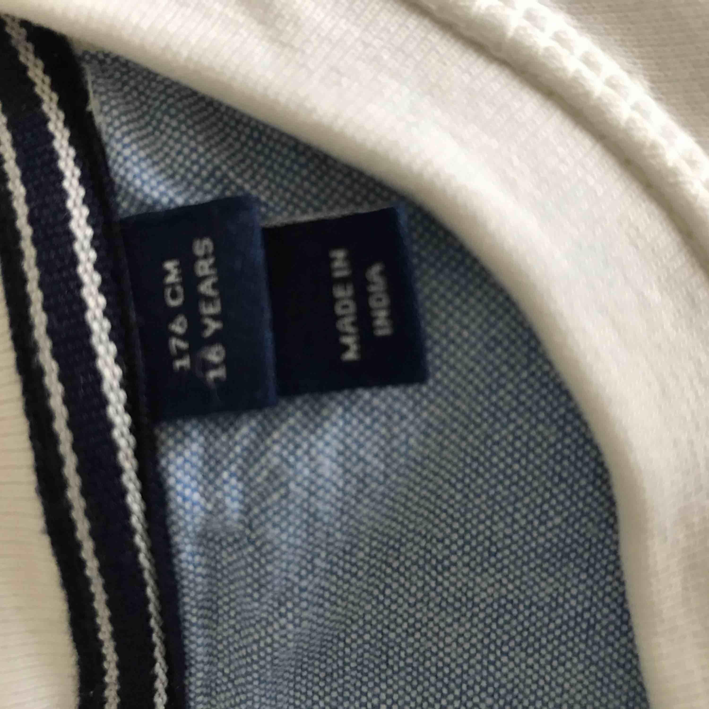 Jag säljer en tröja från märket Gant, Nypris: 599:- Utgångspris: 150:- ( bud är det som gäller) Skick: använd 2-3 gånger, jätte bra skick skulle jag säga. . Tröjor & Koftor.