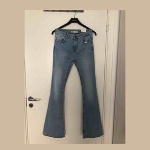 Skitsnygga ljusa bootcut jeans från Zara! Helt oanvända (prislappen fortfarande på)!  Frakt ingår i priset🌸