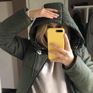 Skitnsygg militärgrön jacka från Nike. Den är varm och mysig och jag använde den förra vintern. Den vänstra dragkedjan är trasig men det går nog enkelt att laga. Gratis frakt!