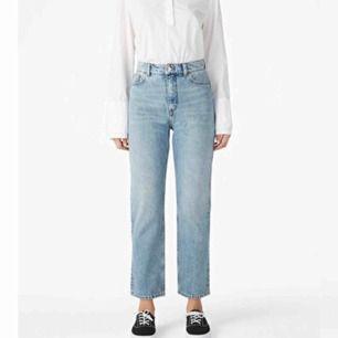 Mom jeans från Monki i modellen Moluna. I ett super bra skick. Nypriset är 400kr. (Köparen står för frakt)