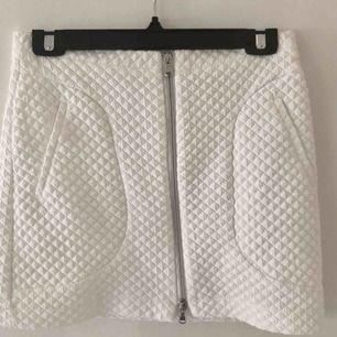 Tight kjol med dragkedja från Zara. Fint skick!