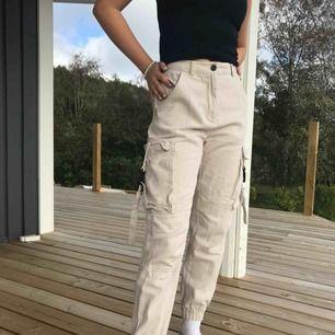 Säljer dessa skit snygga beiga/hudfärgade cargo byxor! Köpta för över 500kr och säljes för endast 150?!! Säljes pågrund av att jag inte andvönder dem