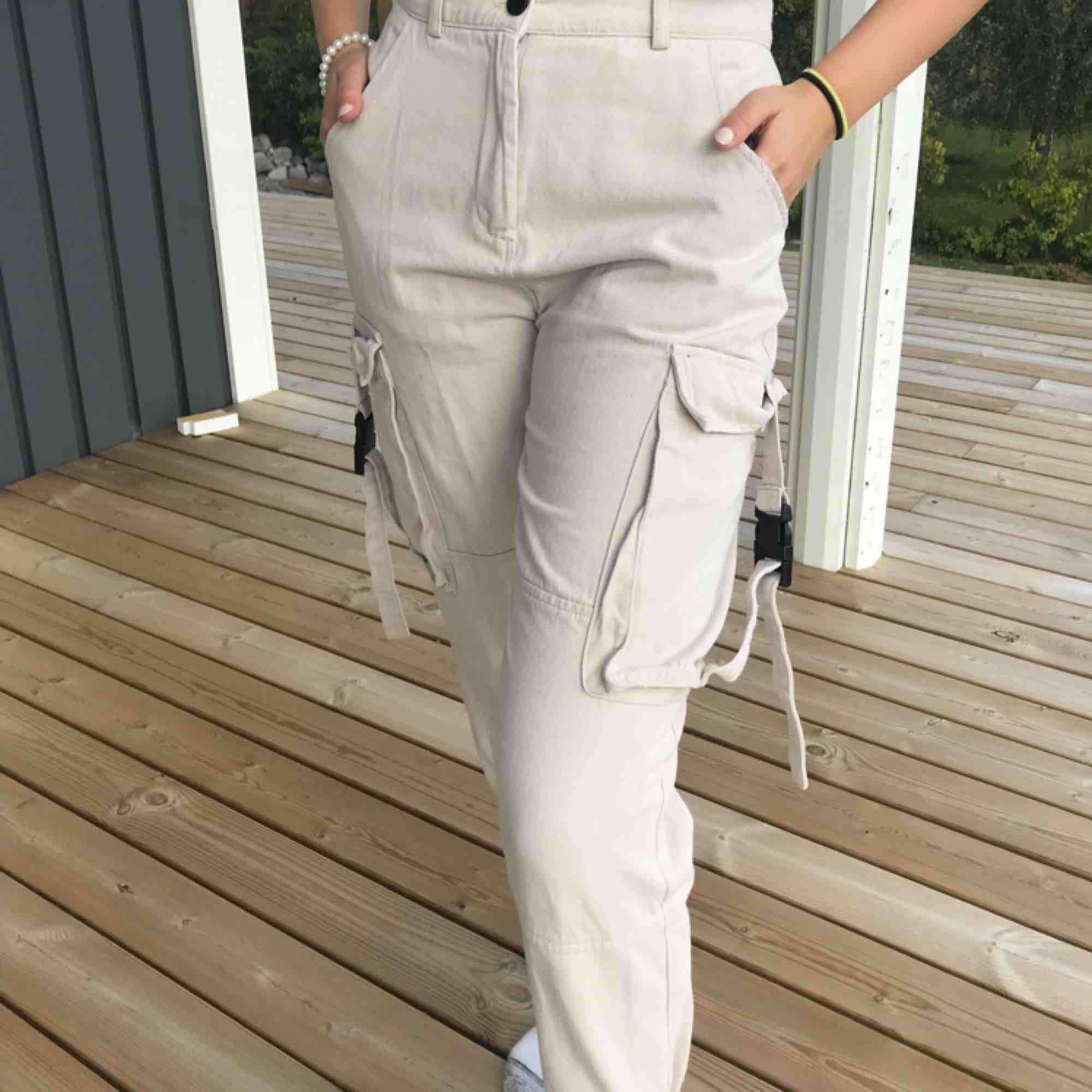 Säljer dessa skit snygga beiga/hudfärgade cargo byxor! Köpta för över 500kr och säljes för endast 150?!! Säljes pågrund av att jag inte andvönder dem. Jeans & Byxor.