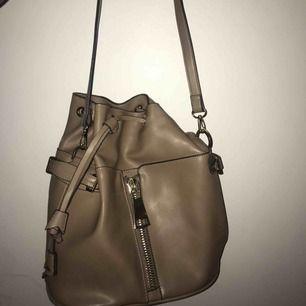 Skitsnygg axelremsväska från Zara i perfekt skick! Använd en gång endast! Perfekt höstfärg och passar med typ allt🍁🍁🍂🍂💞