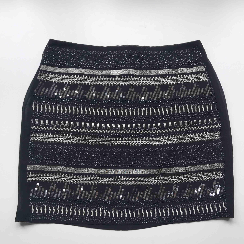 Frakt ingår! • finaste höstkjolen i svart med pärlor, paljetter och glitterdetaljer • tunt skirt material med svart underkjol • knäpps med dragkedja och knappt baktill • från H&M Trend i storlek 36. Kjolar.