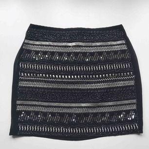 Frakt ingår! • finaste höstkjolen i svart med pärlor, paljetter och glitterdetaljer • tunt skirt material med svart underkjol • knäpps med dragkedja och knappt baktill • från H&M Trend i storlek 36