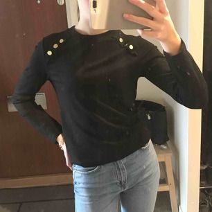 Långärmad svart tröja från Bikbok med guldknappar. Storlek S men passar mer XS. Använd ett par ggr men bra skick. Frakt tillkommer.☺️