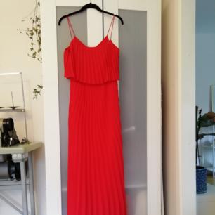 Hellång plisserad klänning från ASOS.com. köpte till ett event som inte blev av. Aldrig använd, etikett sitter kar. Jätte fint fall som en gudinna.  Klänningen är slutsåld på asos.com, köpte den för 600kr.