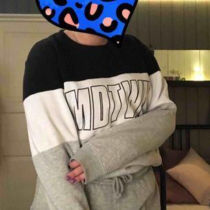 Sweatshirt från new yorker💋 mysig och bra fit:) (frakt står köparen för och det ingår inte i priset)