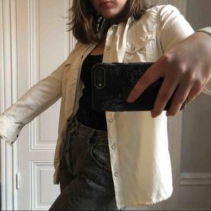"""Lite """"off white"""" färg på denna skjorta från Zara. Använd 1 gång. 😁"""
