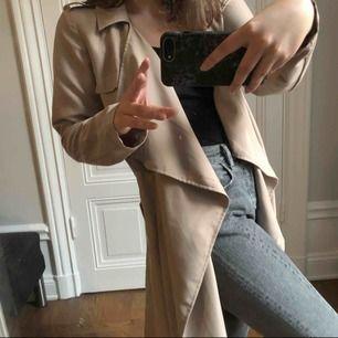 Trench coat från Vero Moda. Det står L på lappen men jag är S & den sitter jättebra! 🤗