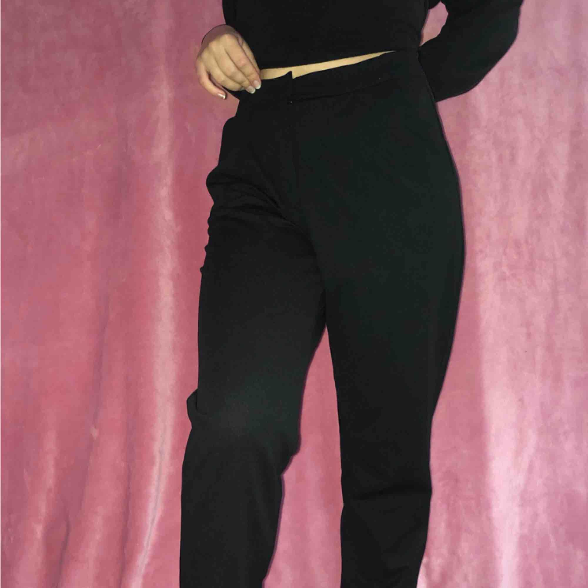 Oanvända kostymbyxor Tunna och sköna men tyvärr för stora för mig.  Stl 38/M men stretchigt tyg (:. Jeans & Byxor.