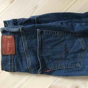 Knappt använda jeans från Levis. Superhög midja och stretchmaterial. Köpte för ca 1000 och säljer då det inte är min stil. Hör gärna av dig om du har några frågor!