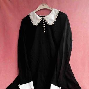 Finaste Wednesday Addams klänningen! Använd 1 gång. Liten fläck på ärmen men går nog bort i tvätten 💗