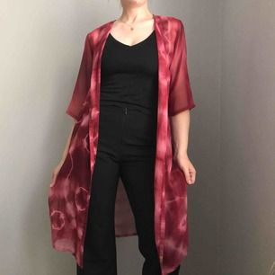 Frakt ingår! • röd lång oversized kofta med trekvartsärmar i tunt transparent material med batikmönster • från HENNES i storlek 46/48 men kan passa de flesta storlekar beroende på hur man vill att den sitter • i mkt bra skick.