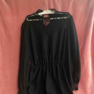Vintage klänning med fina spetsdetaljer.  Knälång ungefär.  Lite sliten, mest bara några lösa knappar som kan fixas om du orkar sy (-;