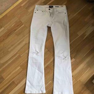 Jag säljer ett par vita bootcut jeans från Crocker, (Gjort hålen själv på knäna) Säljer pga för korta i benen   Nypris: runt 599:- Mitt pris/utgångspris: 100:- Om du är intresserad lägg ett bud!