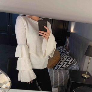 Vit stickad tröja från NA-KD, köpt för ett år sedan men knappt använd på senaste. Köpare står för frakten.