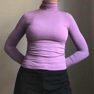 Frakt ingår! • så gullig ljuslila polotröja i mycket stretchigt material • fin nu till hösten under en tjockare tröja eller som den är • sitter som en XS men kan också passa en S • i bra skick!