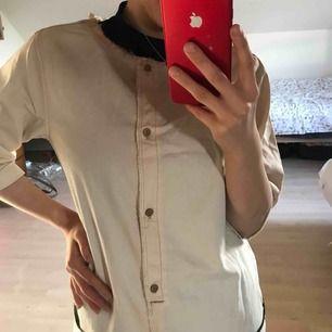 En tröja i skjorta tyg som är helt ny funkar också som känning. Priset inkl frakt:)