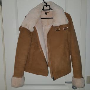 Jättefin jacka i brun mocka med mysig insida. Använd ett antal gånger men i bra skick! Köpt för 699 kr.