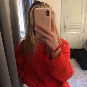 helt vanlig röd sweatshirt från zara som jag skulle säga passar XS, S, M, superskönt material 🥰🥰 köparen står för frakt (54 kr)