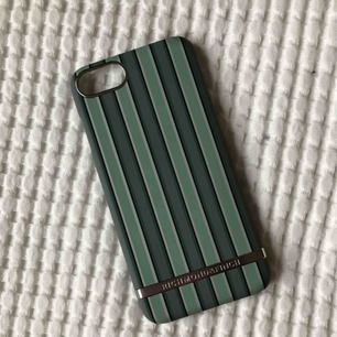Säljer detta fina skal från Richmond & Finch då det inte kommer till användning. I väldigt fint skick! Passar iPhone 7 och 8. Frakt betalas av köparen :).