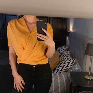 Orange t-shirt/blus från ZARA. Använd ca 2-3 gånger.