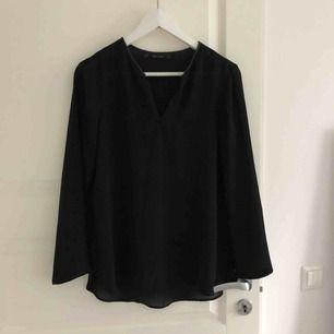 Väldigt fin blus från Zara. Köpt här på plick men storleken passade tyvärr inte mig. Frakt betalas av köparen :)