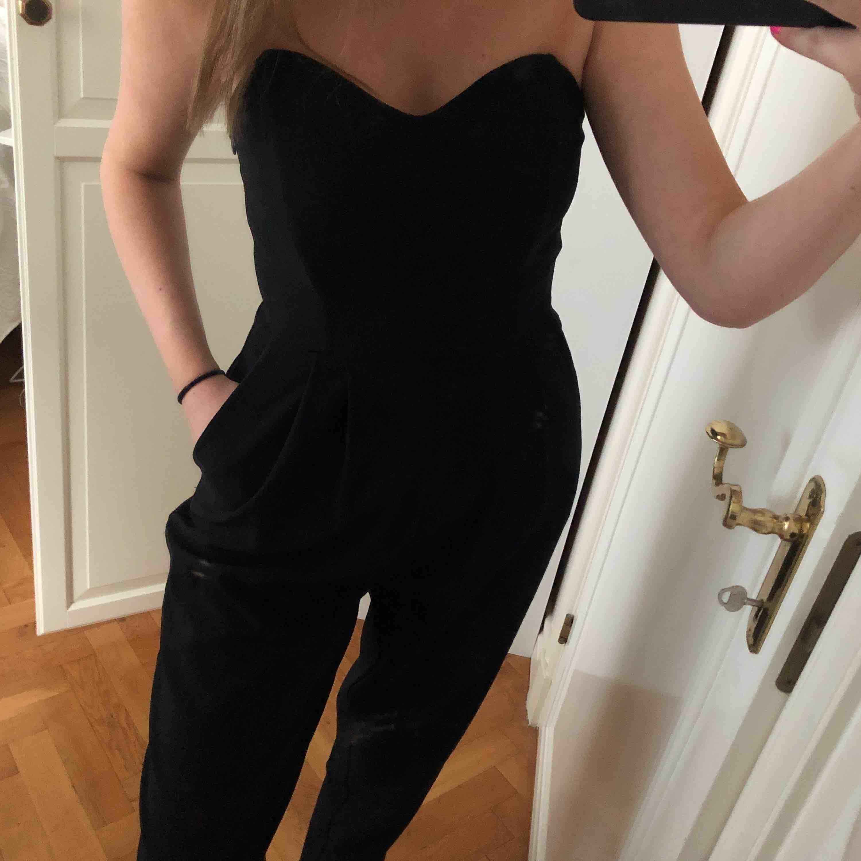 Svart jumpsuit från Gina tricot, passar även 38, fickor på sidan,. Övrigt.