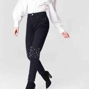 Snygga jeans från na-kd, varsamt använda i bra skick. Strl 36, köparen står för fraktkostnad